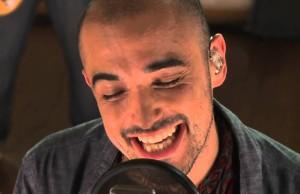 Abel Pinto cantando primer plano